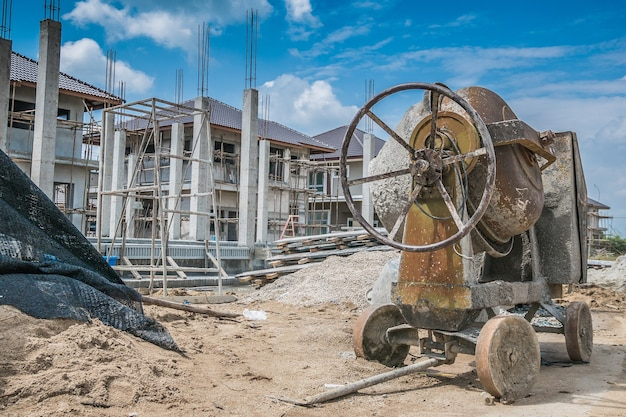 新しい家を建てる建設現場でのセメントコンクリートミキサーマシン