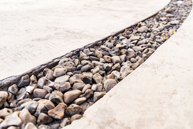 Цемент пересечен диагональной линией камня из гальки