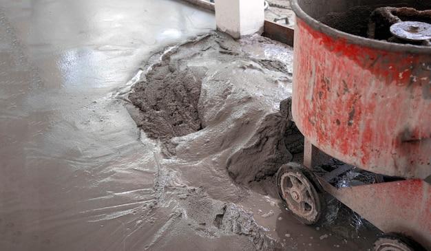 Процесс укладки цементного пола с помощью прядения matchine для получения прочного и плавного смешивания сырья для строительства.