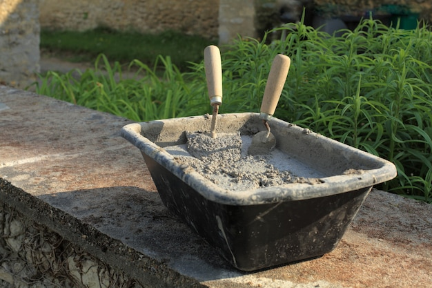 Cement mortar trowel