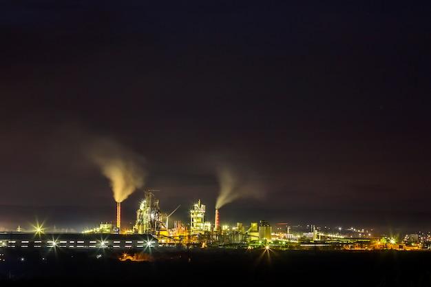 Цементный завод и электростанция ночью