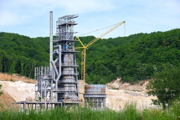 산업 생산 지역에서 높은 금속 공장 구조를 가진 시멘트 공장. 제조 및 글로벌 산업 개념입니다.