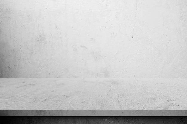 Столы на цементной полке и настенные фоны для витрин