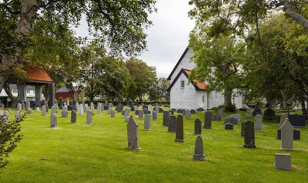 낮 동안 노르웨이 마당에 묘지