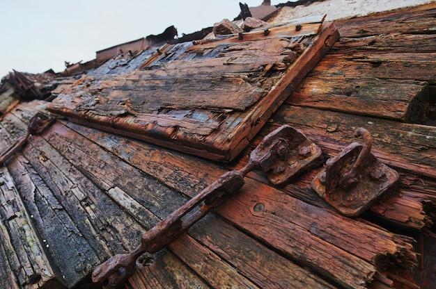 Кладбище старых кораблей териберка мурманск россия, деревянные остатки промышленных рыбацких лодок в море. концепция индустриализации. воздушный вид сверху.