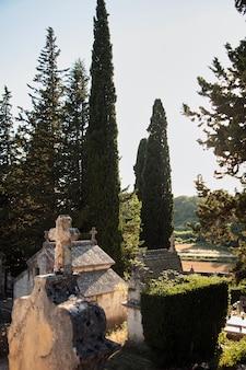 古い石の地下室と十字架のある墓地。ヨーロッパのキリスト教墓地