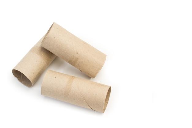 Центр рулонов туалетной бумаги без бумаги на белом фоне с копией пространства