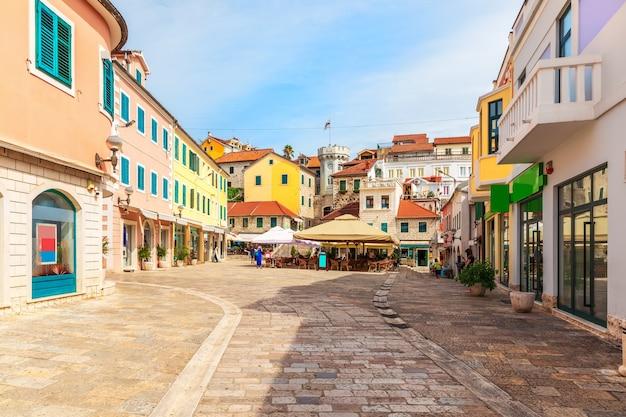 Центральная площадь рядом с часовой башней и старыми городскими воротами герцег-нови, черногория.