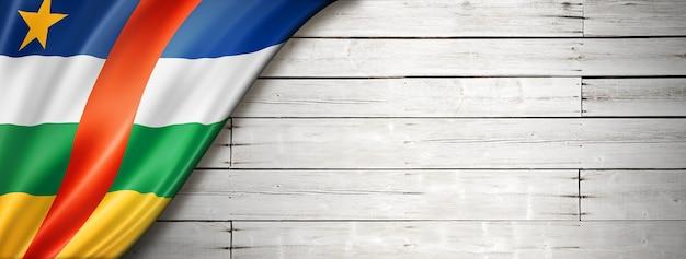 Флаг центральной африки на старой белой стене. горизонтальный панорамный баннер.