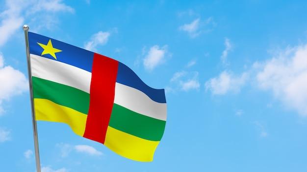 Флаг центральноафриканской республики на шесте. голубое небо. государственный флаг центральноафриканской республики