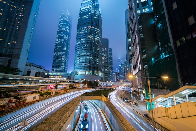 香港市の夜に信号トレイルとモダンなビジネスタワーがある中央ビジネス地区