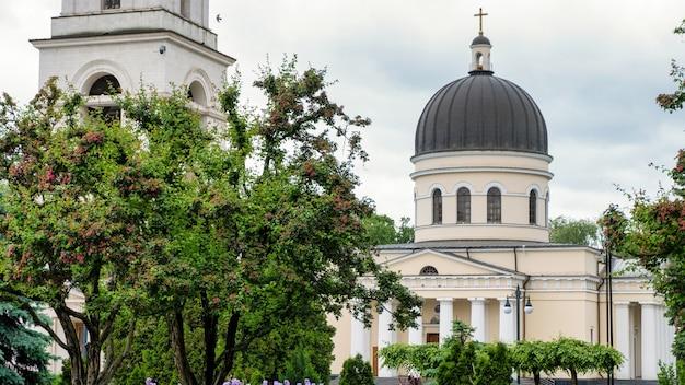 モルドバ、キシナウの中心にある中央大聖堂と鐘楼