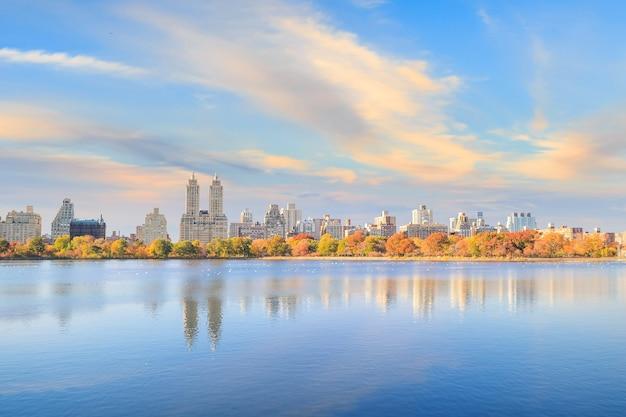 Центральный парк осенью с разноцветными деревьями и небоскребами