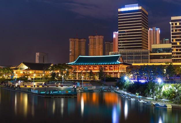 Центральный парк в международном деловом районе сонгдо ночью в инчхоне, южная корея.