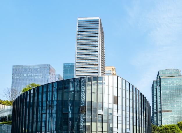 セントラルパークの芝生と金融センターのオフィスビル、重慶、中国