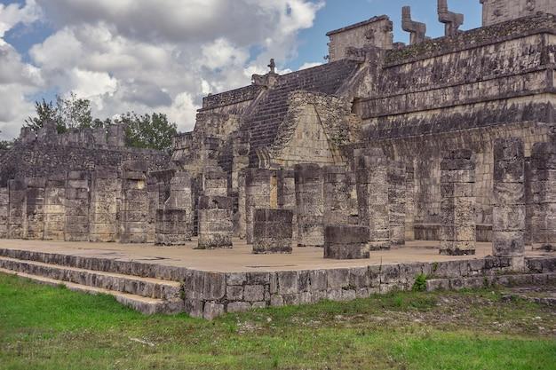 メキシコのチチェンイツァ考古学複合施設にある戦士の神殿の中央部
