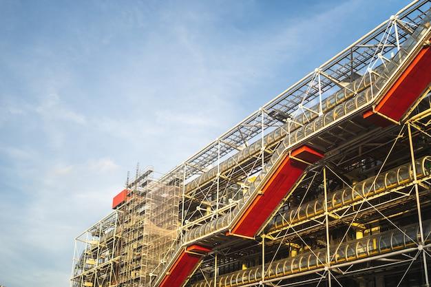Центр помпиду под голубым небом и солнечным светом в дневное время в париже во франции