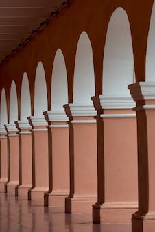 廊下沿いの柱とアーチ道、centro、dolores hidalgo、グアナフアト、メキシコ
