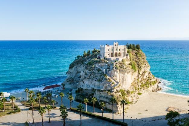 티레 니아 해에서 산타 마리아 섬 tropea calabria 이탈리아 tropea 해변의 성역 꼭대기에 세기 수도원