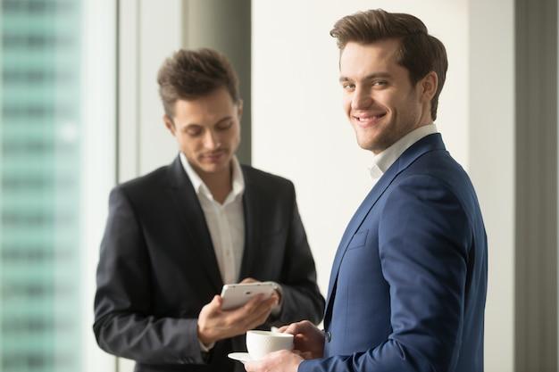 自信を持って最高経営責任者(ceo)はコーヒーを飲みながら仕事日を計画