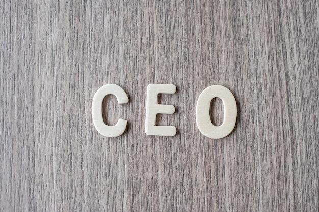 木製アルファベットのceoの言葉。ビジネスとアイデアのコンセプト