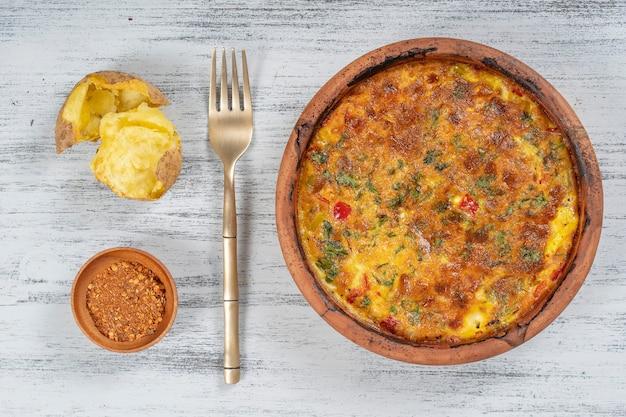 Керамическая миска с овощной фриттатой