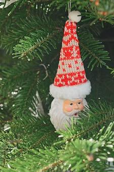크리스마스 트리에 매달려 있는 세라믹 크리스마스 장난감 산타클로스