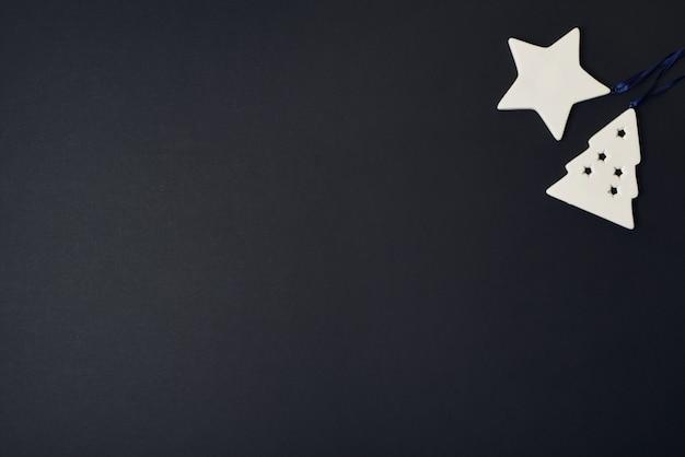 텍스트 레이아웃 평면 누워 검은 배경 공간에 세라믹 크리스마스 트리 장난감