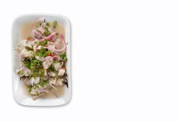 흰색 배경에 고립 된 ceviche와 세라믹 용기입니다.