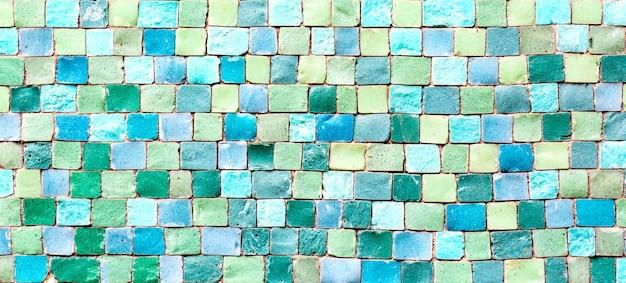 세라믹 모자이크 타일 질감 또는 배경입니다. 다채로운 파란색과 녹색 파스텔 모자이크 벽입니다.