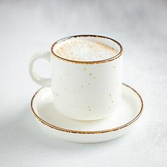 Керамическая кружка с кофе на каменном фоне