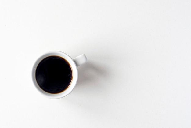 뜨거운 블랙 커피가 포함된 세라믹 머그, 평평한 평면으로 상단 보기, 텍스트 공간