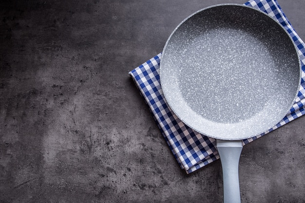 コンクリートのキッチンボード上のセラミック鍋。調理器具。空の鍋。