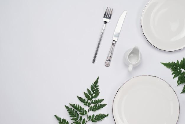 흰색 바탕에 세라믹 접시입니다. 평면도.