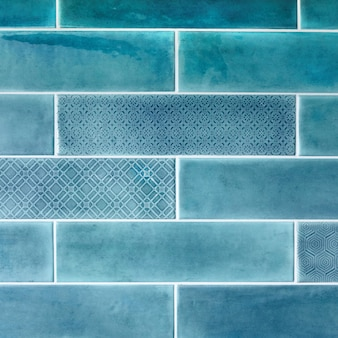 파란색 벽에 세라믹 타일입니다. 배경과 질감.