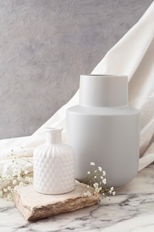 花とセラミックの花瓶