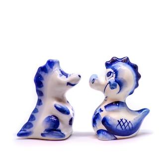 セラミックの白と青のドラゴン