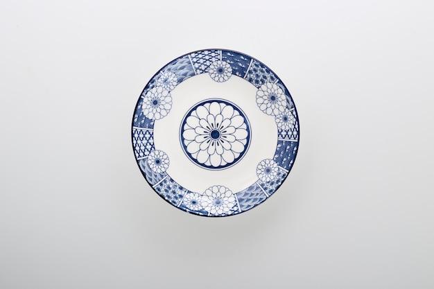Керамические декоративные тарелки синие и белые керамические тарелки, изолированные на белом фоне