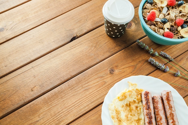 Зерновые и омлеты с колбасой
