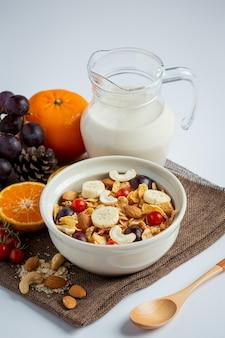 Cereali in ciotola e frutta mista su fondo marmorizzato