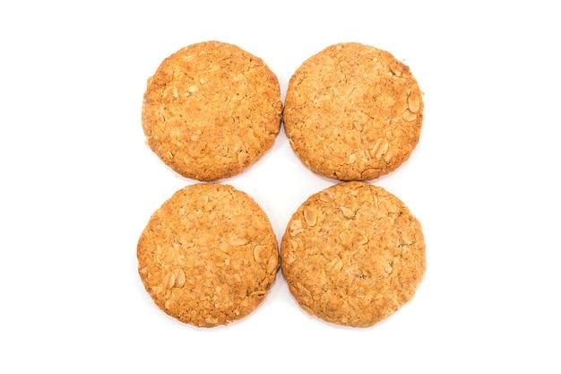 Зерновое печенье, изолированные на белом фоне. вид сверху.