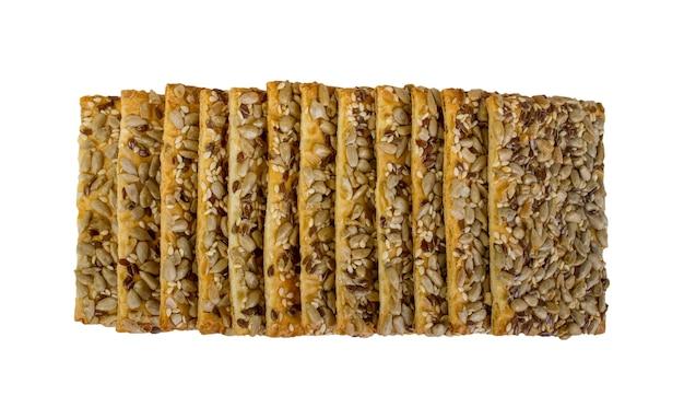 Зерновое печенье с изюмом, изолированные на белом фоне.