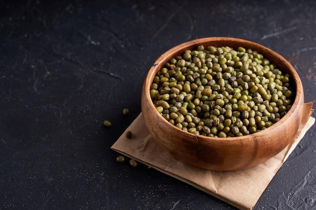 木製ボウルに緑の緑豆