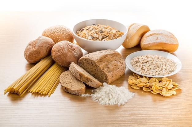 木製のテーブルの上の穀物の生の食品