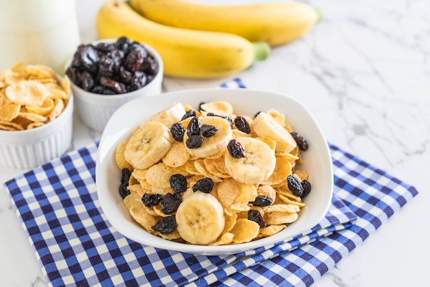 Cereal with banana, raisin and milk