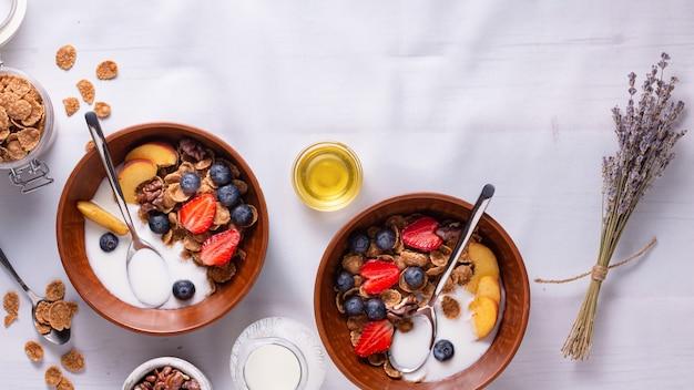 Каша с клубникой и черникой, йогуртом и медом