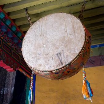 中国、チベット、ラサ、ポタラ宮殿の儀式用ドラム