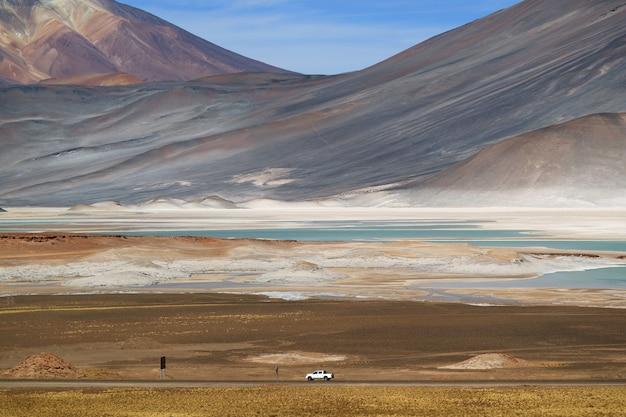 チリ北部、雄大なcerro medanoの麓にあるsalar de talar塩原