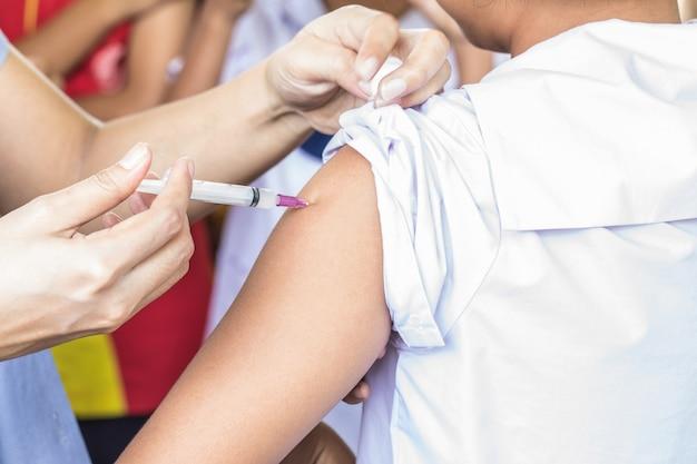 タイの小学生の女性生徒に対する子宮頸癌予防接種。
