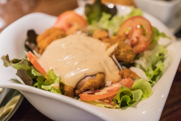 Салат из цезаря с жареной курицей